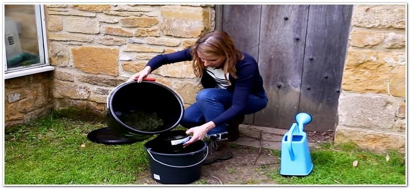 Переливаем травяной настой в отдельное ведро